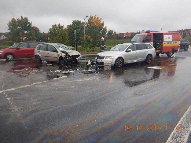 Pri nehode sa ľahko zranili tri osoby.