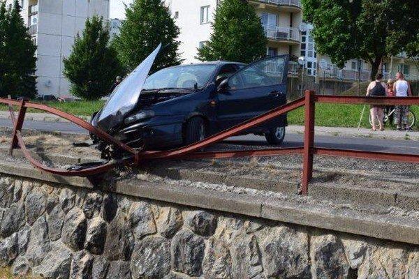 Auto zostalo zakliesnené v zábradlí.