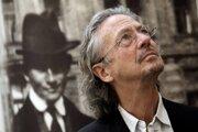 Peter Handke (1942) je rakúsky spisovateľ, dramatik, esejista a prekladateľ.