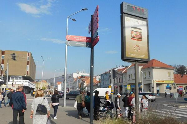 Reklamné hodiny už pri tržnici nestoja, mesto objednalo nové.