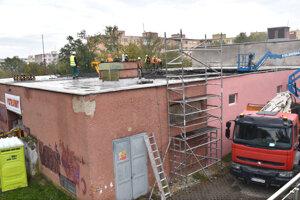 Oprava prepadnutej strechy výmenníka.