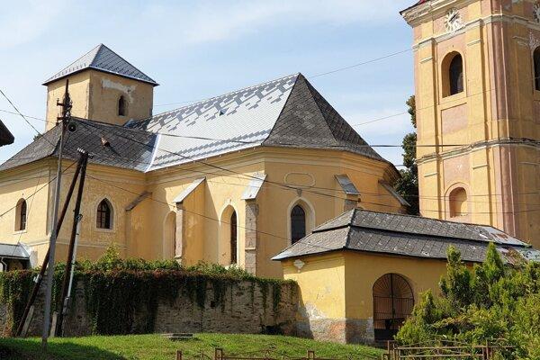 Evanjelický kostol v Ratkovej v okrese Revúca, pod ktorého strechou sídli najväčšia kolónia netopierov.