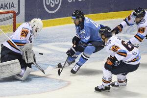 Michael Vandas (uprostred) v predohrávke 1. kola Tipsport Ligy sezóny 2019/2020 v hokeji HC Košice – HC Slovan Bratislava.