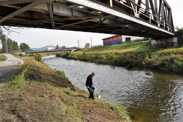 Odoberanie vzoriek z rieky.