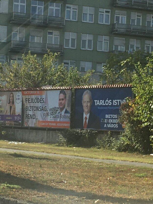 Sprejeri na bilbordoch upozorňovali voličov, že ide o kandidáta vládnej strany Fidesz.