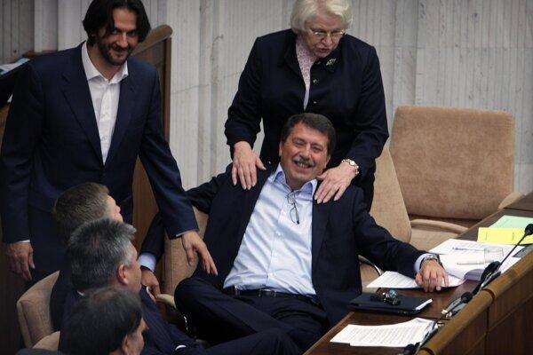 Vtedajší poslanci za stranu Smer Robert Kaliňák, Pavol Paška, Viera Tomanová a Robert Fico počas tajnej voľby generálneho prokurátora v roku 2011.