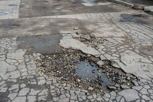 Výtlky opravujú podľa frekventovanosti ulíc.