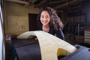 Postgraduálna študentka Karly Bastová pri modeli, na ktorom ukázali uskutočniteľnosť návrhu mosta od Leonarda da Vinciho.