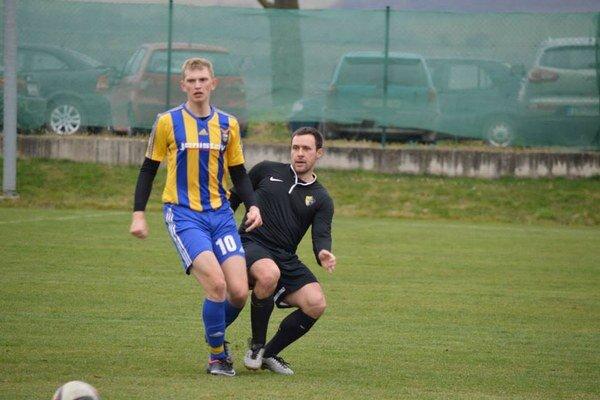 Juraj Tulpík (vľavo) strelil oba góly nováčika z Chocholnej-Velčíc. Tie boli napokon víťazné.