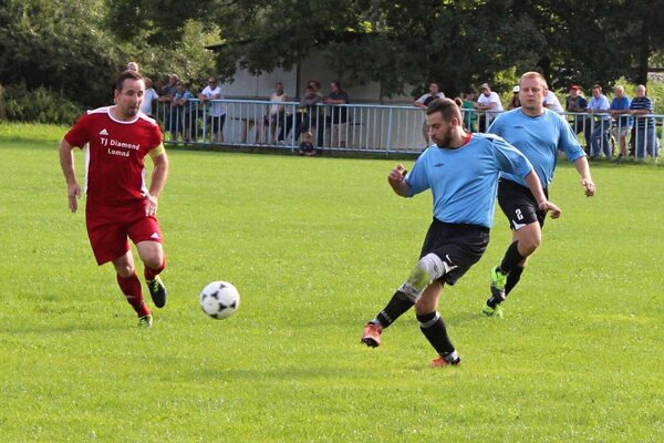 Milan Juriga (vľavo) sa dlhom zranení vrátil opäť na ihrisko. Jeho Lomná zimuje prvá.