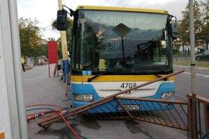 Takto zastavil autobus po tom, čo sa samovoľne spustil.