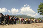 Migranti a utečenci čakajú v rade, aby dostali zásoby od Červeného kríža. Vucjak, 19. jún 2019.