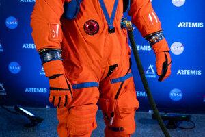 Oranžový oblek Orion bude astronautov chrániť v deň štartu i počas návratu na Zem.