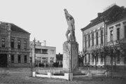 Socha Legionára stála pred mestským úradom od roku 1929 do roku 1959. Išlo o pomník padlým hrdinom pri obrane Slovenska roku 1919.