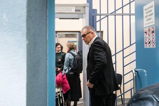 Na súd prichádza Ján Kováčik.