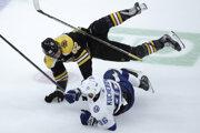 Sean Kuraly (hore) a Nikita Kučerov v zápase základnej časti NHL 2019/2020 Boston Bruins - Tampa Bay Lightning.