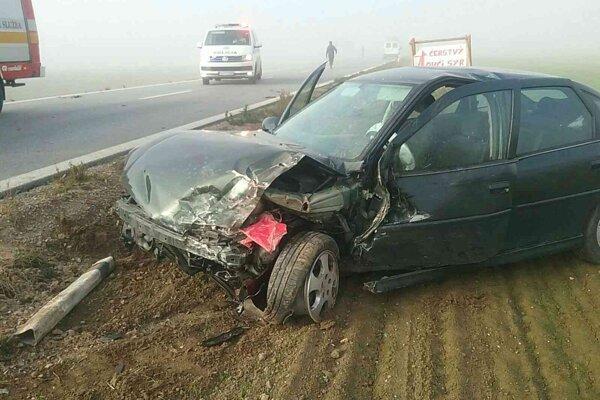 Obe autá skončili po zrážke mimo vozovky.