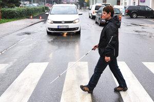 Väčšina vodičov na bielu palicu v rukách nevidiacich zareaguje správne.