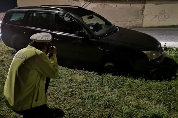 Auto poškodilo obrubník.