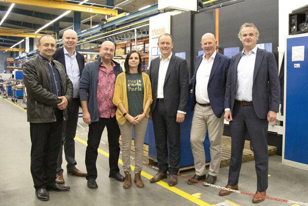 Zľava Peter Tamáši (SOŠ Strojnícka), Pim Bank, Ferdinand Matušík (SOŠ strojnícka), Miroslava Pažická, Roland Kals (CEO), Jeroen van Blokland (majiteľ), Gerard Muermans (CEO).