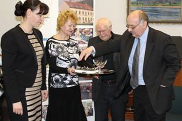 Knihu rozhovorov predstavil Anton Baláž (druhý sprava) v trenčianskej knižnici