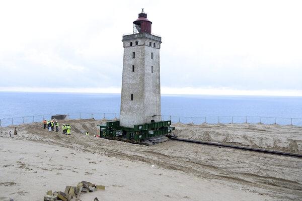Maják na koľajniciach. V Dánsku presúvajú viac ako storočnú stavbu