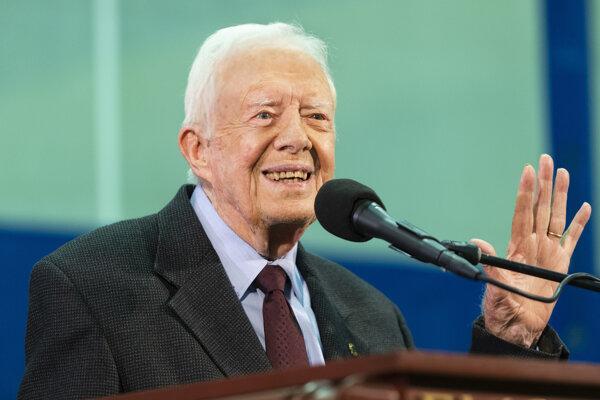 Amerického exprezidenta Cartera hospitalizovali pre zlomeninu panvovej kosti