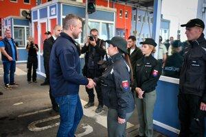 Predseda vlády SR Peter Pellegrini (vľavo v popredí) počas návštevy Oddelenia hraničnej kontroly Policajného zboru (OHK PZ) Vyšné Nemecké.