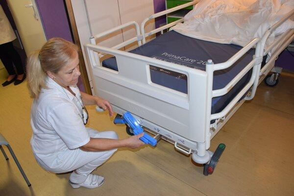 Nové postele uľahčia aj prácu personálu.