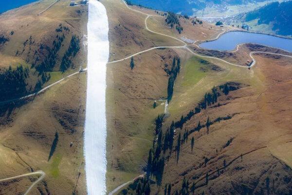 Lyžovačka v Kitzbüheli odštartovala. Zdiaľky to vyzerá, ako by tam sneh primaľovali...