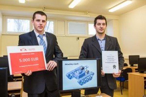 Študenti z Trenčína Zľava Dominik Malec a Daniel Siekela s víťazným návrhom.