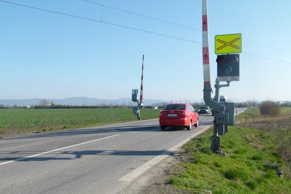 Železničné priecestie medzi Levicami a Hornou Sečou.