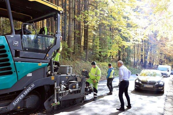 Dva najhoršie cestné úseky v Banskobystrickom kraji sa konečne rekonštruujú.