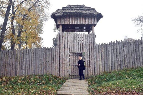Brána do hanušovského archeoparku budí atmosféru dávnych čias.
