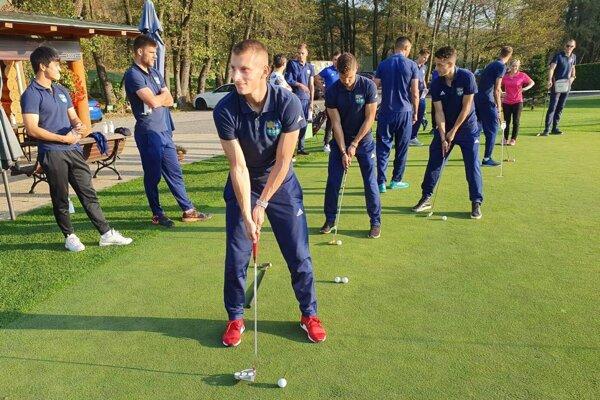 Futbalisti FC Košice pilovali v týždni aj svoje golfové umenie.