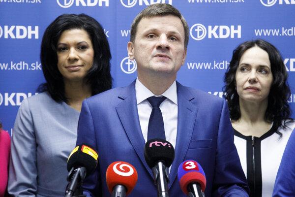 Členka predsedníctva KDH Caroline Lišková, predseda KDH Alojz Hlina a poslankyňa Európskeho parlamentu a členka KDH Miriam Lexmann.