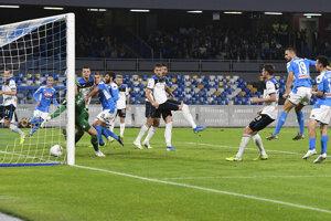 Hráč Neapolu Nikola Maksimovič (hore vpravo) strieľa úvodný gól do bránky Atalanty.