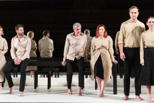 Mestské divadlo Žilina uviedlov sobotu večer slovenskú premiéru hry Rolanda Schimmelpfenniga s názvom Deň, keď som ja už viac nebol ja.