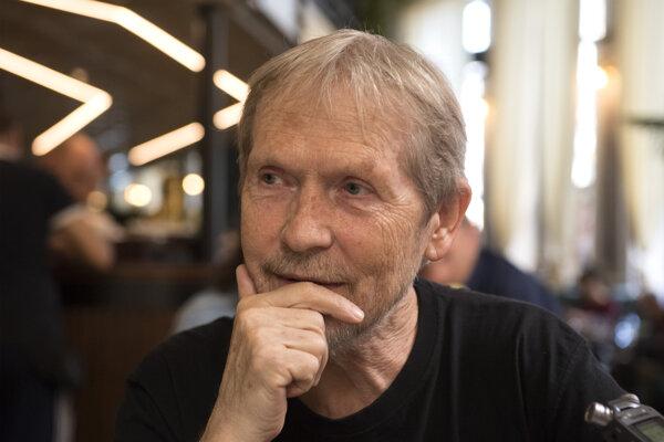 Vysokoškolský pedagóg, literárny kritik a prekladateľ profesor Valér Mikula.