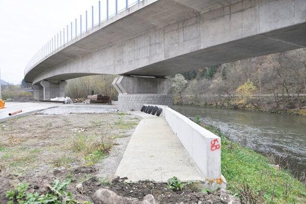 Ku čiernej stave pod mostom na brehu rieky Oravy sa zatiaľ nikto nehlási.