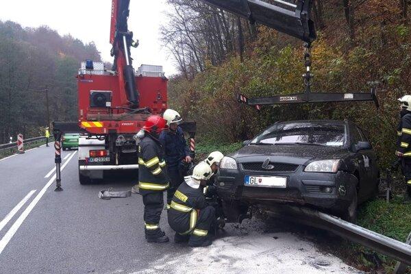 Auto z miesta nehody odvážala odťahovka.