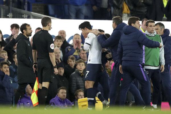 Son Heung-min (uprostred) opúšťa ihrisko v zápase FC Everton - FC Liverpool.