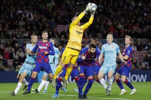 Marc-Andre ter Stegen (uprostred) a jeho zákrok v zápase Ligy majstrov 2019/2020 FC Barcelona - Slavia Praha.