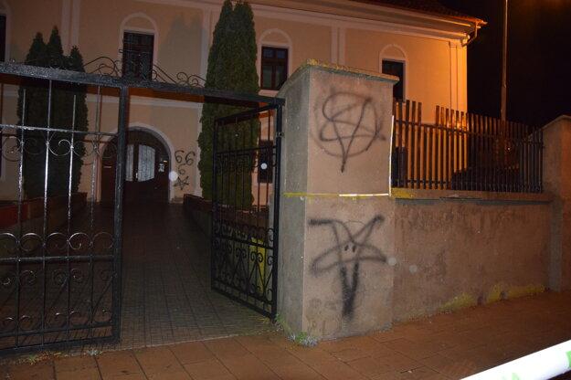 Mladíci posprejovali stenu vedľa dverí aj oplotenie.