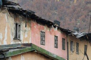 Poškodená strecha bytovky v zadnej časti.