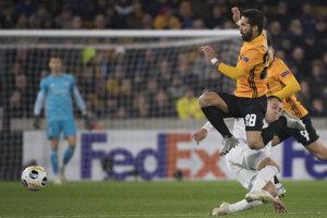 Dole hráč Slovana Dejan Dražič, hore hráč Wanderers Joao Moutinho.