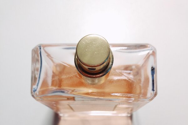 Ak je flakón prázdny a dokážete z neho odobrať časti, ktoré nie sú z skla, môžete ho vyhodiť do zeleného kontajnera.