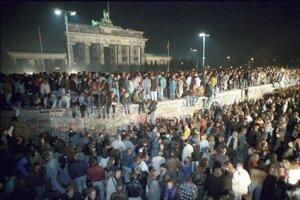 NDR sa rozhodli urobiť opatrenia, aby občania NDR nemohli cez Berlín odchádzať do NSR.