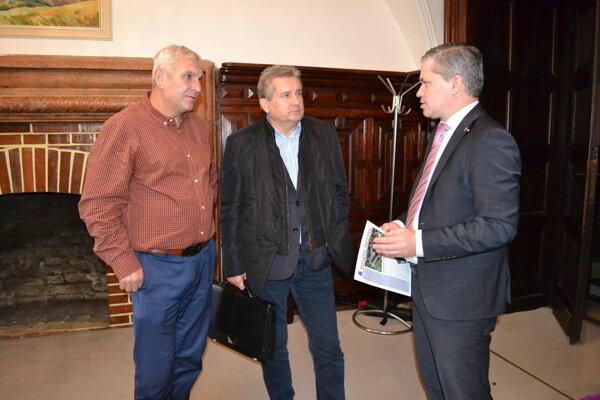 Na výjazdovom rokovaní v Humennom. Michal Babin (vľavo) a Miroslav Benko (vpravo).