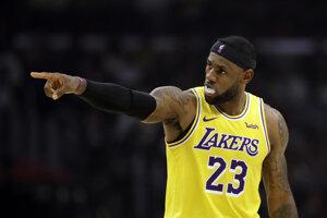 LeBron James v drese Los Angeles Lakers.